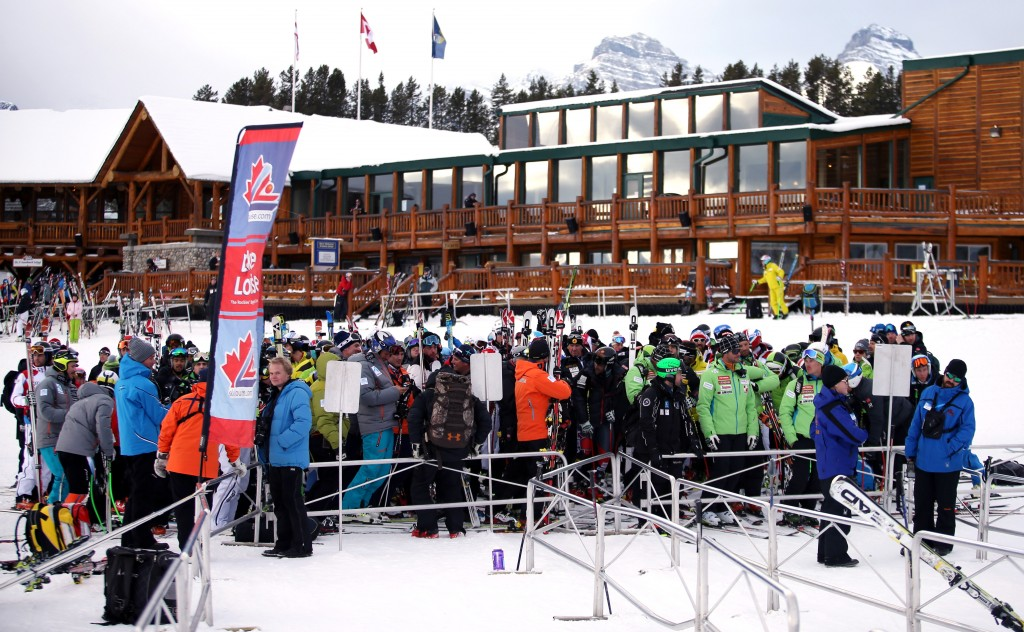 Coaches and athletes awaiting the delayed lift opening in Lake Louise (GEPA/Mario Kneisl)