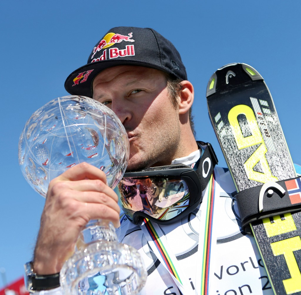 Svindal kisses the downhill globe. GEPA/Christian Walgram